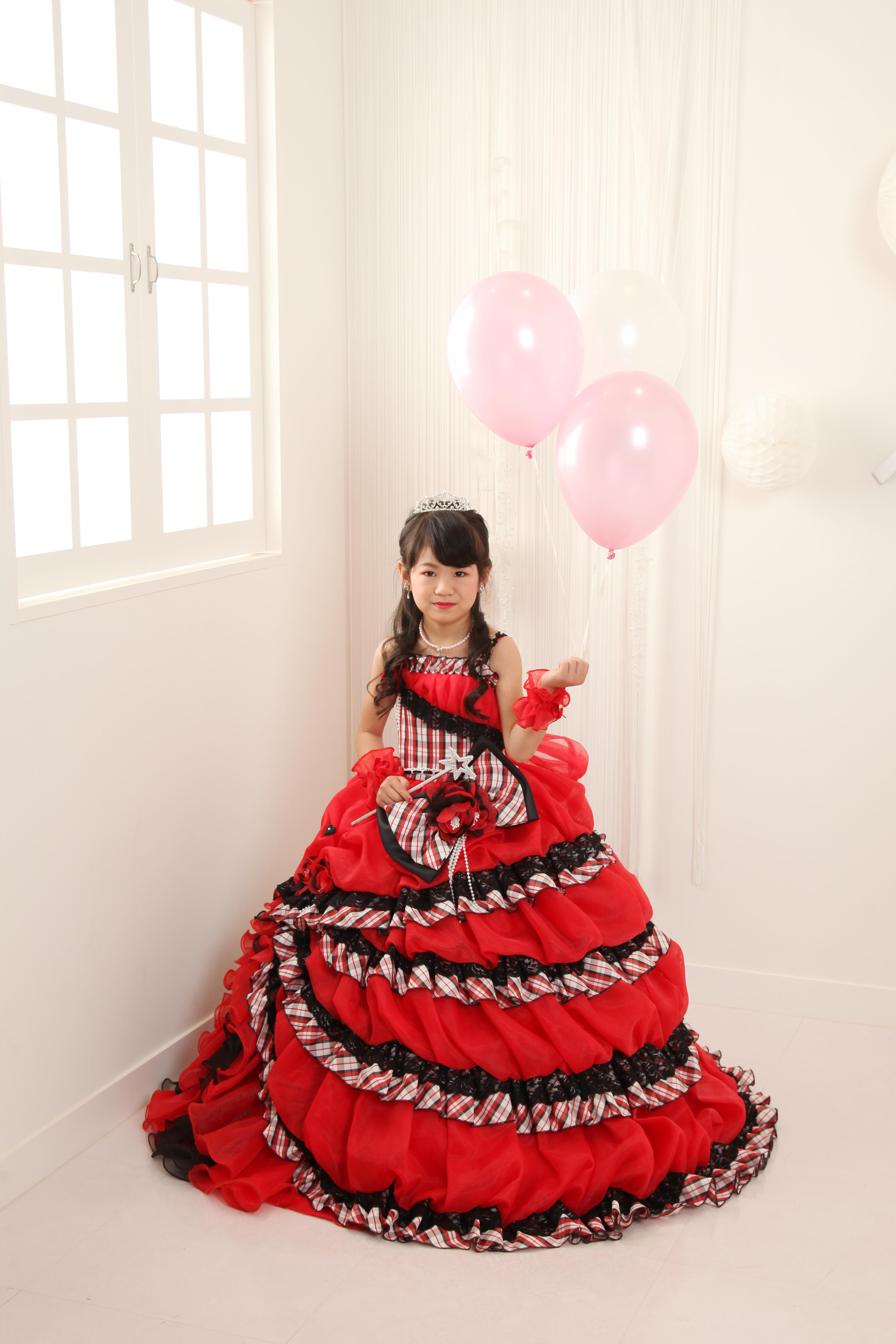7601e28f3abcf 女の子の7歳の七五三はドレス撮影も大人気☆好きな色、デザインのドレスを試着して決めます♪もう7歳になると自分の意見がしっかりしているので、ママと話し合い  ...